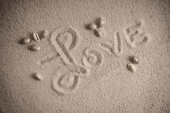 Lieben Sie eingeschriebenes auf Sand Stockfotos