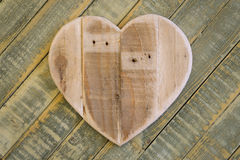 Lieben Sie hölzernes Herz der Valentinsgrüße auf hellgrünem gemaltem Hintergrund Stockfoto