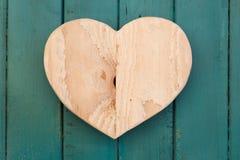 Lieben Sie hölzernes Herz der Valentinsgrüße auf Türkis gemaltem Hintergrund Stockbilder