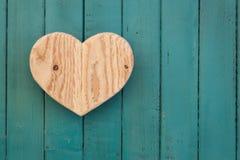 Lieben Sie hölzernes Herz der Valentinsgrüße auf Türkis gemaltem Hintergrund Lizenzfreies Stockbild