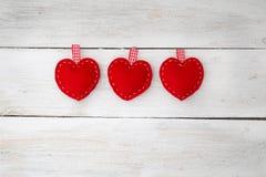 Lieben Sie Herzen auf hölzernem Beschaffenheitshintergrund, Valentinsgrußtageskarte Co Lizenzfreies Stockfoto