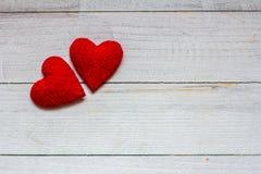 Lieben Sie Herzen auf hölzernem Beschaffenheitshintergrund, Valentinsgrußtageskartenkonzept ursprünglicher Herzhintergrund Lizenzfreies Stockfoto