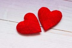 Lieben Sie Herzen auf hölzernem Beschaffenheitshintergrund, Valentinsgrußtageskartenkonzept ursprünglicher Herzhintergrund Stockfotos