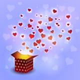 Lieben Sie Herzfliegen vom Präsentkarton auf bokeh Hintergrund Lizenzfreies Stockfoto