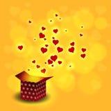 Lieben Sie Herzfliegen vom Präsentkarton auf bokeh Hintergrund Stockfoto
