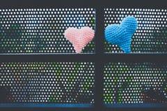 Lieben Sie Hintergrund, die handgemachten Herzen, die von der Wolle gemacht werden Lizenzfreies Stockfoto