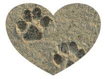 Lieben Sie Ihre Pfotenabdrücke des Haustieres für immer im Sand innerhalb eines Herzens auf lokalisiertem weißem Hintergrund lizenzfreies stockfoto