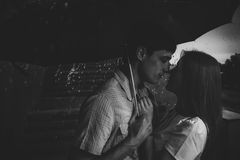 Lieben Sie im Regen/im Schattenbild von küssenden Paaren unter Regenschirm Lizenzfreie Stockfotos