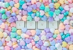 Lieben Sie Konzept, LIEBES-Texttastatur mit buntem Pastellherz shap Stockfoto