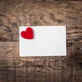 Lieben Sie Konzepthintergrund mit roten Herzen und Papieranmerkungskarte für Lizenzfreies Stockbild