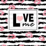 Lieben Sie mich Rosa Lippen küsst Druckhintergrund Lippenstift auf Streifen Modischer Plan Postkarten, Logos, Aufkleber Lizenzfreies Stockfoto