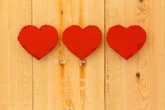 Lieben Sie rote Herzen der Valentinsgrüße Pappauf rauem Kiefernhintergrund Lizenzfreies Stockbild