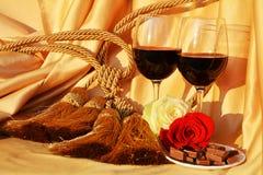 Lieben Sie, Rotrose und Schokolade auf elegantem Hintergrund Lizenzfreie Stockbilder