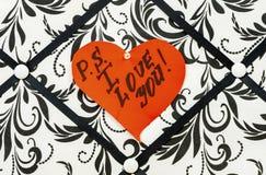 Lieben Sie Sie auf einem gelesenen Herzen Lizenzfreie Stockfotos