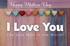 Lieben Sie Sie Mutter-Tagesmitteilung gemalte Brett-Herzen Lizenzfreies Stockfoto