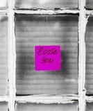 Lieben Sie Sie Papieranmerkung über Fenster Stockfotos