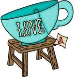 Lieben Sie Tasse Tee auf oberstem hölzernem Schemel Lizenzfreie Stockfotografie