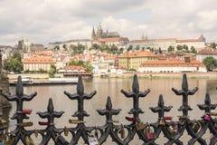 Lieben Sie Verschlüsse auf altem Zaun in Prag mit Ansicht von Prag-Schloss stockbilder