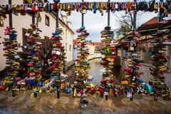 Lieben Sie Verschlüsse auf einem Zaun durch alte Wassermühle auf Kampa-Insel in Pragu stockfotos
