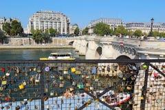 Lieben Sie Verschlüsse nahe dem Pont Neuf in Paris, Frankreich Lizenzfreie Stockfotos