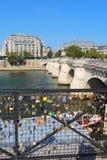 Lieben Sie Verschlüsse nahe dem Pont Neuf in Paris, Frankreich Vertikale Lizenzfreie Stockfotos