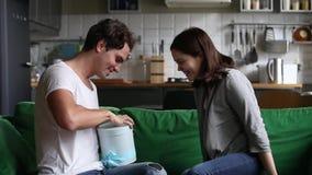 Liebende Freundin, die dem Freund romantische Überraschung gibt Geschenk macht stock footage