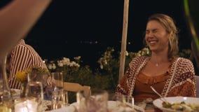 Liebende junge Paare an der Partei stock video footage