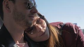 Liebende Paare, die eine Fahrt auf den Bus nehmen stock video footage