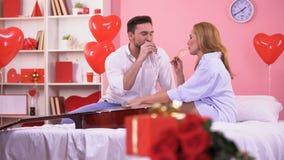 Liebende Paare, die Jahrestag am St.-Valentinsgrußtag, zart küssend feiern stock footage