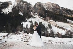 Liebender Ehemann und Frau auf dem Hintergrund der Berge Liebendes Paar verbringt emotional Zeit lizenzfreies stockbild