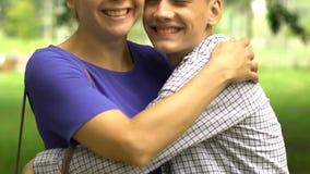 Liebender Sohn, der zusammen Mutter, glückliche Familie, vertrauensvolle Beziehungen umarmt und küsst stock footage