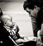 Liebendes Bild von Babystarren in das Auge seines Vaters lizenzfreies stockfoto
