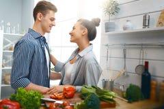 Liebendes Paar bereitet die richtige Mahlzeit vor stockfotos