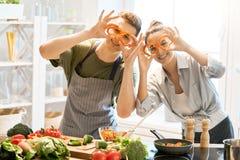 Liebendes Paar bereitet die richtige Mahlzeit vor lizenzfreie stockbilder