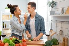 Liebendes Paar bereitet die richtige Mahlzeit vor lizenzfreies stockfoto