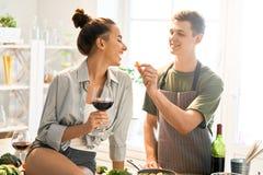 Liebendes Paar bereitet die richtige Mahlzeit vor stockfotografie
