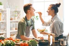 Liebendes Paar bereitet die richtige Mahlzeit vor lizenzfreies stockbild