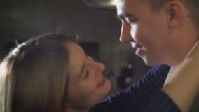 Liebendes Paartanzen und -c$küssen stock video footage