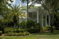 Liebenswürdige weiße Villa Lizenzfreie Stockfotografie