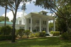 Liebenswürdige weiße Villa Stockfoto