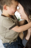Liebes-Bondfamilie der Mutter-und Sohn-feiernde engen Beziehungen Stockfoto