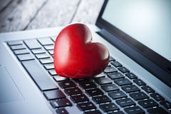Liebes-Herz-Computer-on-line-Datierung lizenzfreie stockfotografie
