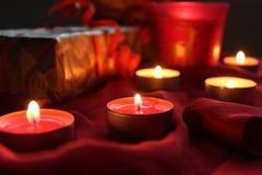 Liebes hohes Geschenk der anwesenden Kerze hellrot Stockfotografie