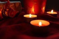 Liebes hohes Geschenk der anwesenden Kerze hellrot Lizenzfreie Stockbilder