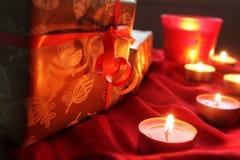 Liebes hohes Geschenk der anwesenden Kerze hellrot Stockfoto