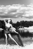 Liebes schönes elegantes junges Mädchen mit den langen Beinen, die auf den See tanzen Stockfotografie
