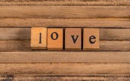 Liebes-Text auf hölzerne Würfel Stockbild