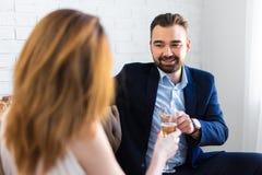 Liebes- und Datierungskonzept - junge schöne Paare trinkendes champa Lizenzfreies Stockfoto