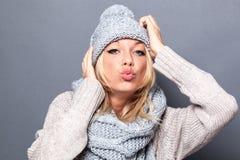 Liebes- und Glückkonzept für das Schmollen des modernen blonden Mädchens lizenzfreies stockfoto