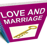 Liebes-und Heirat-Buch stellt Schlüssel dar Lizenzfreie Stockfotografie